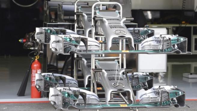 Los alerones delanteros de un monoplaza de la escudería Mercedes, preparados en los boxes en el circuito de Hockenheim (Alemania).