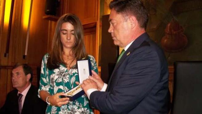 Loreto Rodríguez con la medalla póstuna a su madre