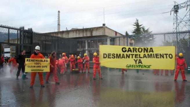 Activistas De Greenpeace Exigen El Desmantelamiento De Garoña