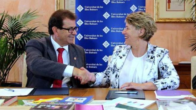 Llorenç Huguet e Isabel Llinàs en la firma del convenio