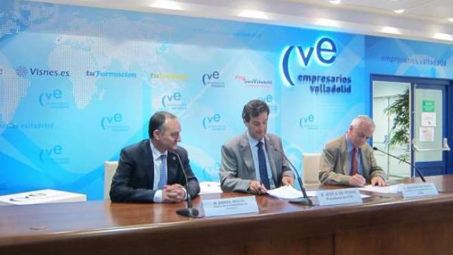 Momento en el que los responsables de la CVE y la UVA rubrican el acuerdo