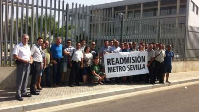 Trabajadores del metro concentrados ante una de las estaciones.