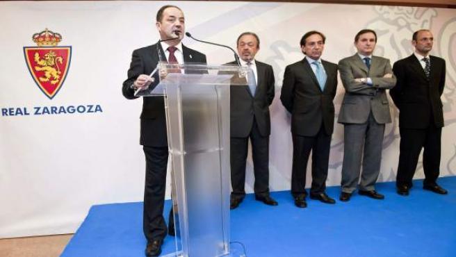 Los consejeros del Zaragoza con su presidente, Agapito Iglesias (i).