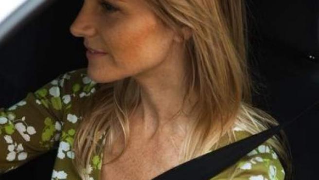 Una mujer conduce con el cinturón de seguridad puesto.