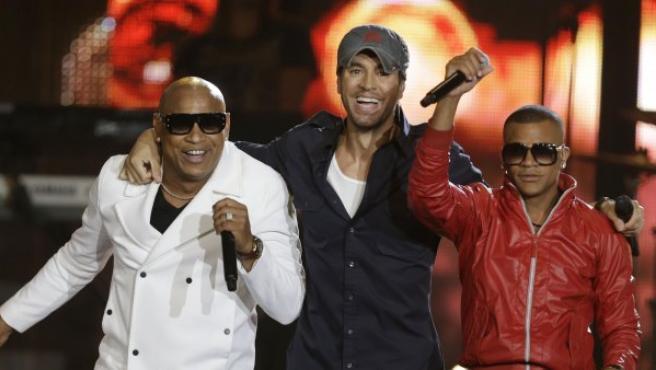 El dúo cubano Descemer Bueno y Gente de Zona interpreta una canción con Enrique Iglesias (centro), en los Premios Latinos Billboard en Miami.