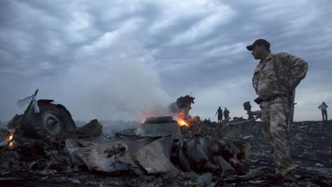 Milicia de Donetsk y servicios de emergencia han acudido al lugar donde ha caído el avión de Malaysia Airlines, que llevaba a abordo 2915 personas.