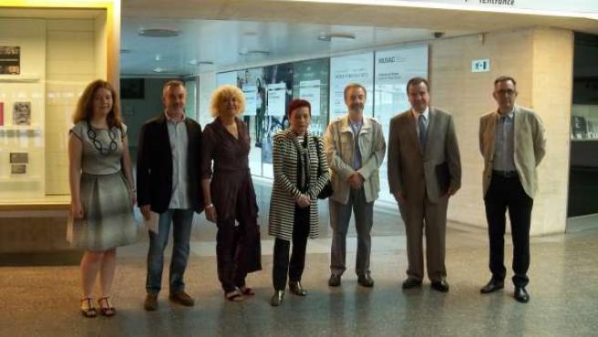 Foto de Familia tras presentar la exposición
