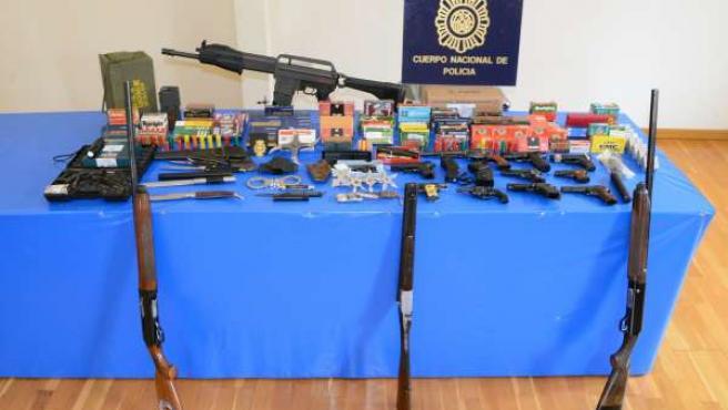 Armas incautadas en la detención de un hombre acusado de maltrato