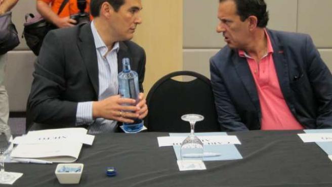 Nieto (izda.) habla con el diputado del PP y exalcalde de Córdoba, Rafael Merino