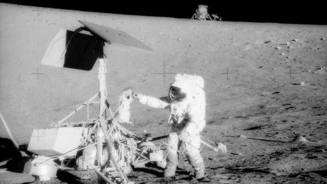 El 17 de abril de 1967, la nave Surveyor 3 de la NASA partió de Cabo Cañaveral, en Florida rumbo a la superficie lunar. Dos años después aterrizó en la Luna con la misión de preparar el terreno para la llegada de la primera misión tripulada. En noviembre de 1969, los comandantes del Apollo 12 Charles Conrad Jr. y Alan L. Bean visitaron el Surveyor 3 en la Luna.