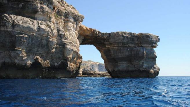 Imagen desde el mar de la llamada Ventana Azul, una formación rocosa de 20 metros de altura y uno de los lugares más significativos de Gozo (Malta).