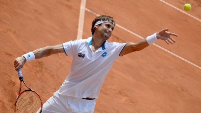 El tenista alicantino David Ferrer se dispone a sacar durante la final del Abierto de Hamburgo de tenis 2014, en la que perdió con el argentino Leonardo Mayer.