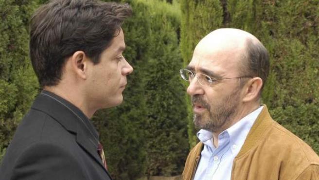 El actor Álex Angulo (dcha) junto a Jorge Sanz en el rodaje de 'El tránsfuga'