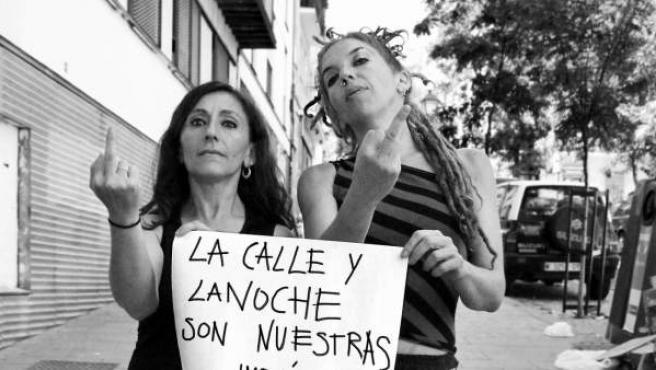 Vecinas de Lavapiés posan con mensajes para denunciar el acoso en las calles contra las mujeres, las lesbianas y las transexuales.