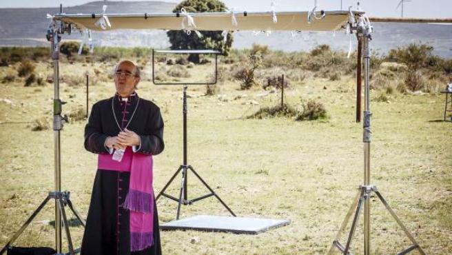 """Fotografía facilitada por Ideasamares, del actor Álex Angulo, en su papel de obispo secuestrado, durante el rodaje de """"Bendita Calamidad"""" que dirige Gaizka Urresti."""