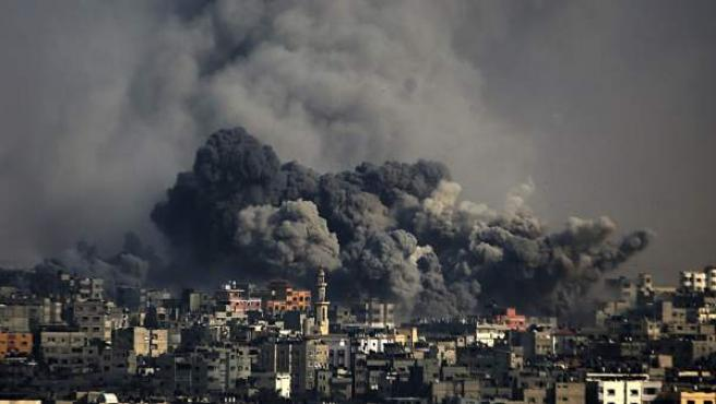 Una columna de humo se eleva sobre el barrio de Al Shejaeiya en la ciudad de Gaza, en la franja de Gaza, tras un ataque del ejército israelí.