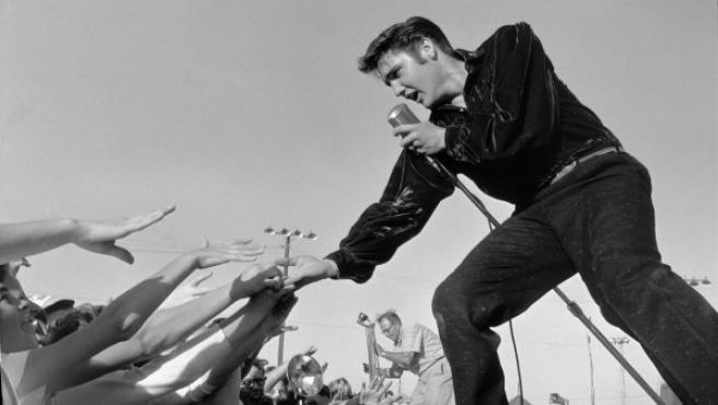 Elvis Presley en los primeros tiempos de su carrera, fotografiado por Roger Marshutz