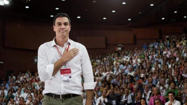 El nuevo secretario general del PSOE, Pedro Sánchez, hace un gesto tras ser proclamado esta tarde durante el congreso federal extraordinario del partido.