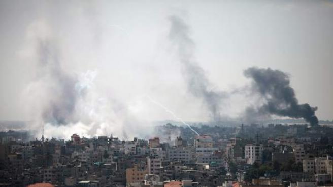 Columnas de humo sobre el barrio de Shahaiya, en Gaza, después de que Israel suspendiera la tregua humanitaria en la Franja.