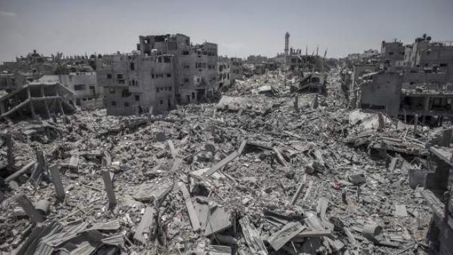 Vista general de edificios destruidos por los bombardeos israelíes en la ciudad de Gaza.