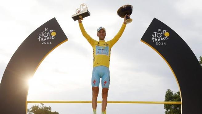 Vincenzo Nibali posa en lo más alto del podio de los Campos Elíseos de París como ganador del Tour de Francia 2014.