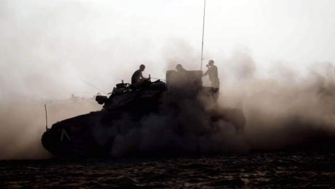 Soldado israelí en un tanque, muy cerca de la frontera con la Franja de Gaza, en el sur de Israel.