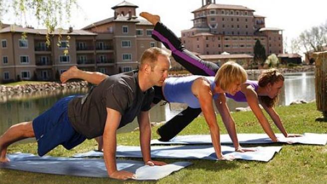 Tres personas haciendo ejercicio al aire libre.
