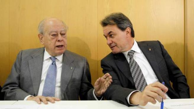 El presidente de la Generalitat, Artur Mas, y el expresidente Jordi Pujol, durante la ejecutiva de CDC, reunida la víspera del debate en el Congreso sobre la propuesta de consulta soberanista.
