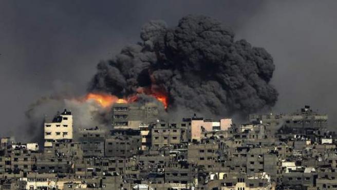 Vista de una explosión en el barrio de Tuffah tras un ataque aéreo israelí en el este de Gaza, Franja de Gaza.