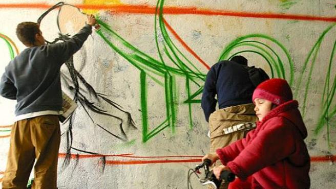 Dos jóvenes particiapan en un concurso de grafiti en 2004.
