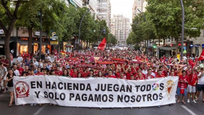 Un millar de aficionados del Real Murcia se han concentrado esta noche frente a la sede de la Delegación de Hacienda en la capital de la región.