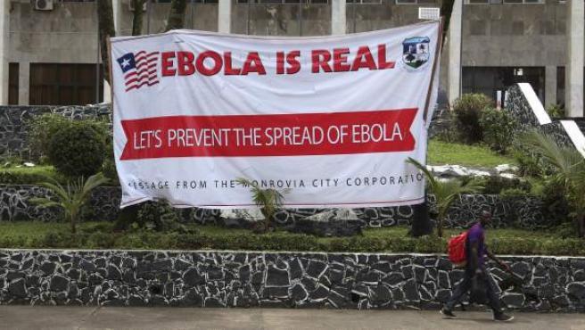 Un cartel en el ayuntamiento de Monrovia (Liberia) previene sobre la epidemia de ébola.