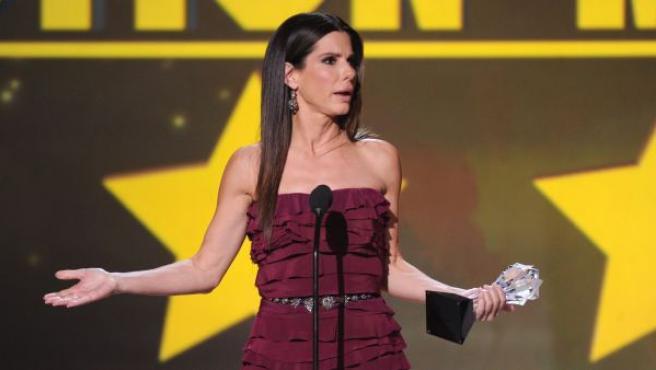 Momento en el que Sandra Bullock pronunció un impropio 'What the fuck?' al recoger su premio en la gala de los Critics' Choice.