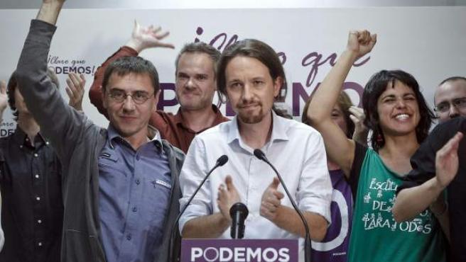 Pablo Iglesias, cabeza de lista de Podemos a las Elecciones Europeas (c), saluda a sus simpatizantes tras conocer los resultados electorales.