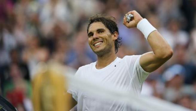El tenista español Rafael Nadal celebra su victoria en tercera ronda de Wimbledon su victoria ante el kazajo Kukushkin.