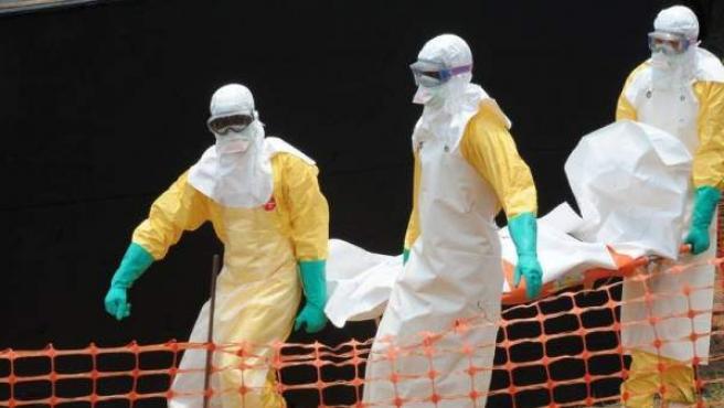 Personal de Médicos Sin Fronteras, en una zona afectada por el brote del virus Ébola.