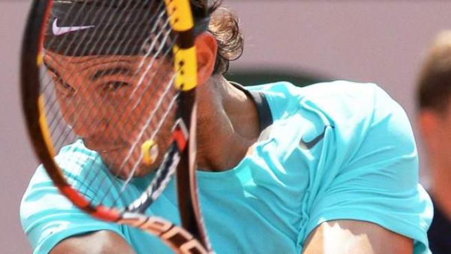Rafael Nadal devuelve la bola, durante la final del trofeo Ronald Garros, que jugó ante el serbio Novak Djokovic y que se acabó adjudicando el español por 3-6, 7-5, 6-2 y 6-4.