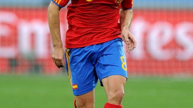 El centrocampista de la selección española Xavi Hernandez corre con el balón durante el partido del grupo H del Mundial de Fútbol Sudáfrica 2010 que las selecciones de España y Suiza juegan en el estadio Durban de Durban, Sudáfrica.