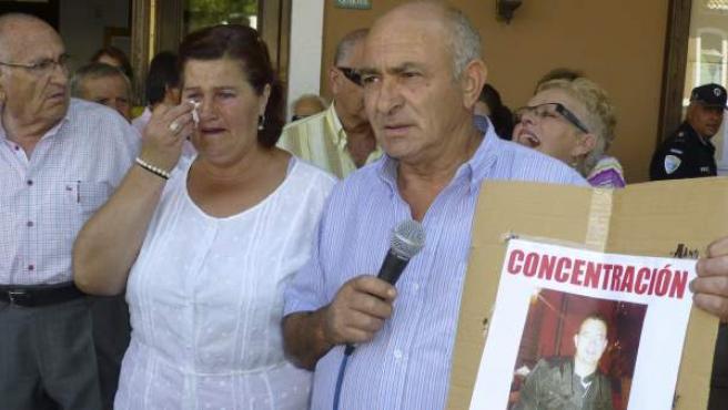 """Los padres de Antonio Rodríguez, conocido como """"padre Toño"""", en una concentración para pedir su libertad."""