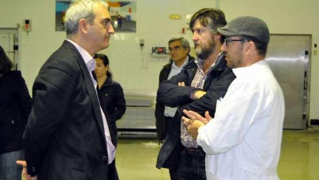 El secretario general del PA, Antonio Jesús Ruiz, en una lonja de Conil