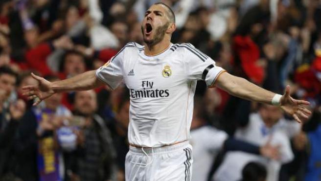 Karim Benzema celebra uno de sus goles en el Real Madrid - Barça.