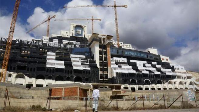 Imagen del hotel de El Algarrobico, en el municipio almeriense de Carboneras, tras ser pintado de negro por activistas de Greenpeace.