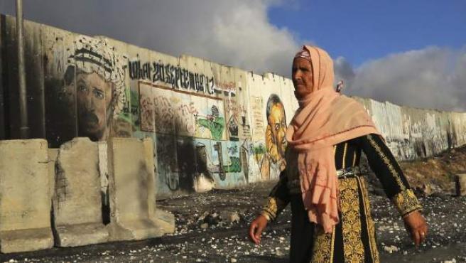 Una mujer cruza un puesto fronterizo en Gaza