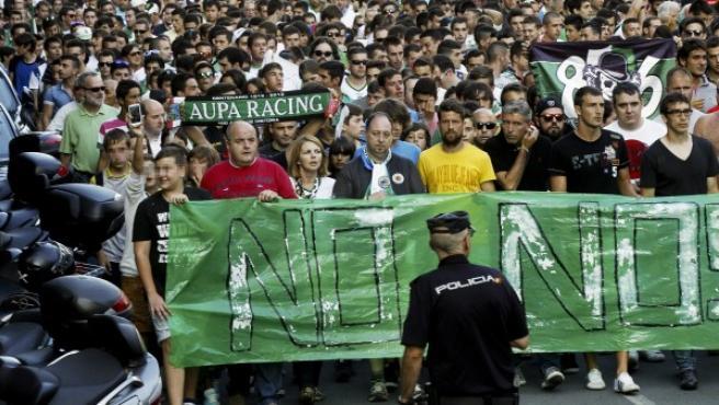 Unas 2500 personas, convocadas por las Peñas del Racing de Santander se manifestaron por las calles de la capital cántabra.