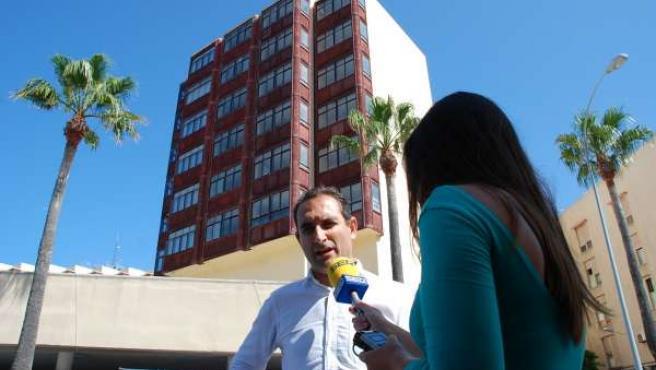 Sánchez de Medina ante el edificio de la residencia de Tiempo Libre
