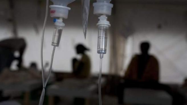 Varios pacientes con cólera son atendidos en el hospital Bicentenaire, en Puerto Príncipe (Haití)