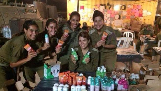 Un grupo de mujeres del ejército israelí posa con los cosméticos que ha donado la marca Garnier, en una fotografía subida al Facebook de StandWithUs, página proisraelí.