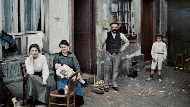 Una familia en París, en junio de 1914, poco más de un mes antes del inicio de la I Guerra Mundial