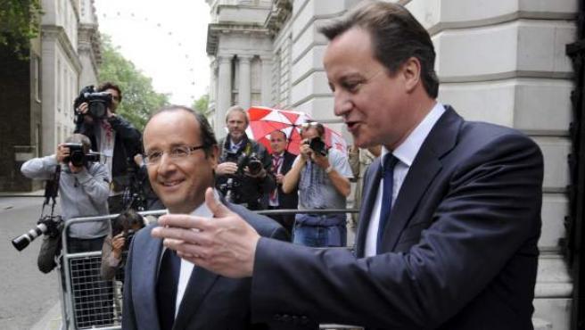 Cameron (d) saluda a Hollande en la puerta del número 10 de Downing Street, la residencia oficial del primer ministro británico.