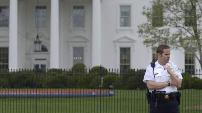 Un oficial uniformado del Servicio Secreto estadounidense presta guardia en la avenida Pensilvania, frente a la Casa Blanca, en Washington, DC.